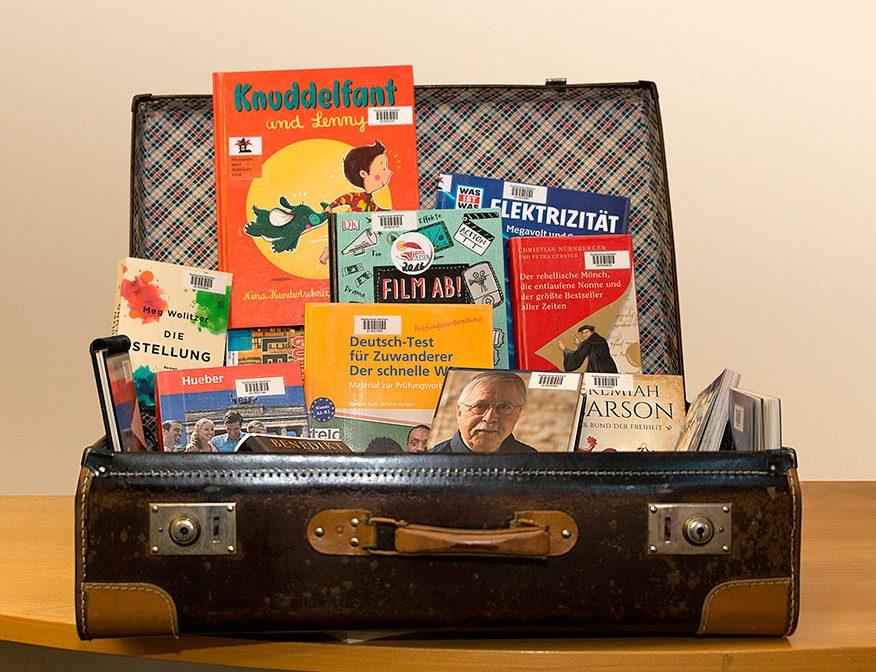 Koffer mit einer Auswahl an Büchern
