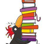 Antolin-Rabe trägt einen Stapel Bücher