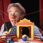 Clown Paul mit Zirkuszelt und Jonglierbällen