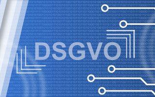 Schriftzug DSGVO vor blauem Hintergrund aus 0 und 1