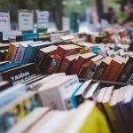 Bücher in Kartons auf einem Flohmarkt