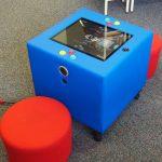 Spielkonsole Kuti mit zwei Sitzhockern