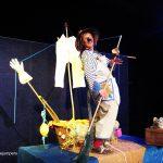 Schauspielerin als Ratte verkleidet steht auf einem selbstgebauten Boot