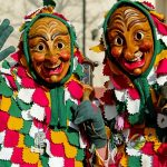 Zwei Personen mit Masken, alemannische Fastnacht
