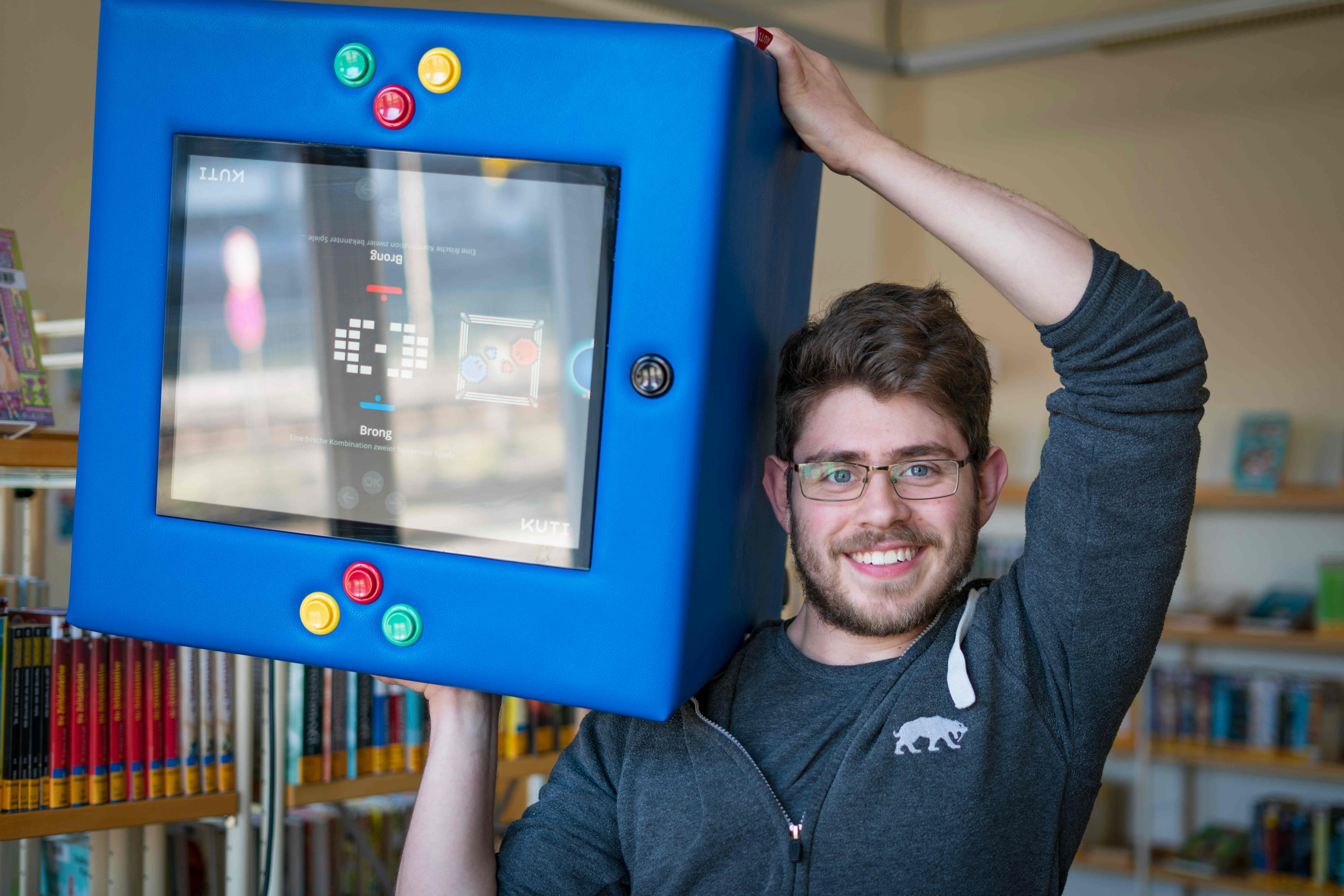 Fabian Künzig trägt die Spielekonsole Kuti auf der Schulter