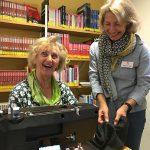 Zwei Frauen an einer Nähmaschine