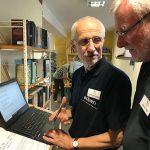 Zwei Männer recherchieren im Internet