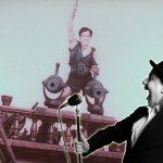 Hintergrund Filmplakat Pirat Vordergrund Ralph Turnheim mit Mikrofon