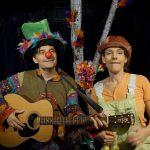 Schauspieler mit Gitarre, Schauspielerin, Hintergrund Birke