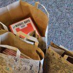Blick in Tüten mit Büchern und anderen Medien
